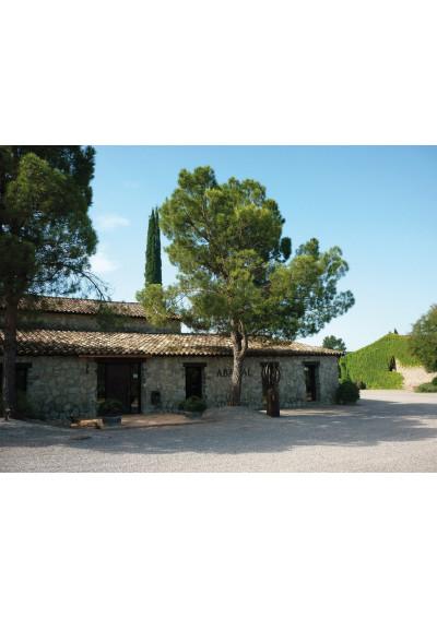 Im Hof der Bodega Roqueta Abadal, DO Pla de Bages